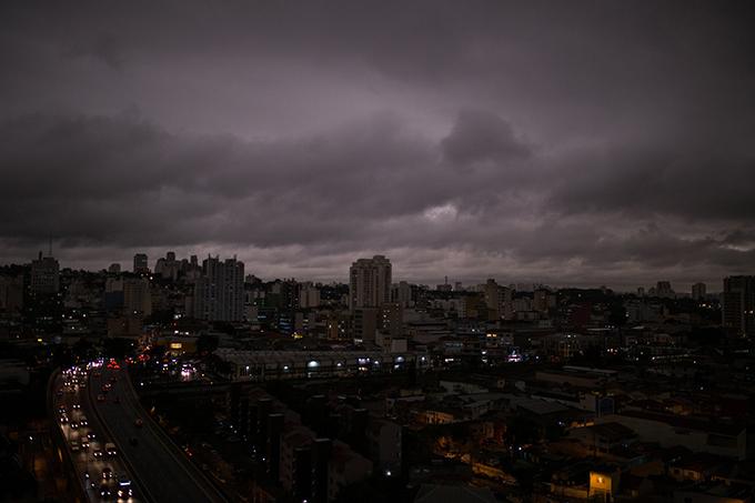 Ngay giữa ban ngày, khói và mây đen bao phủ toàn bộ thành phố, thậm chí, không có một chút ánh sáng mặt trời nào có thể len lỏi xuống phía dưới. Hình ảnh này được chụp lúc 15h mà người xem dễ nhầm tưởng là 18-19h. Nhiều hình ảnh kinh dị về bầu trờ Sao Paolo liên tục được du khách đăng tải trên Twitter.
