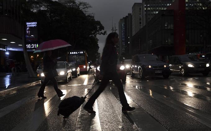 Dù mới 16h30 mùa hè nhưng mọi phương tiện trong thành phố đã phải bật đèn chiếu sáng. Cửa hàng, cửa hiệu, các trung tâm thương mại đều phải bật đèn cả ngàyđể đảm bảo an toàn cho người đi đường.