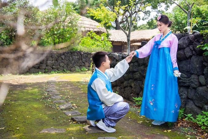 Vân Kiều và Thanh Lâm mặc hanbok truyền thống, hóa thân mộtđôi trai gái người bản xứ đang hẹn hò.