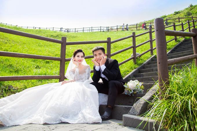 [Caption] Ảnh cưới của cặp đôi được thực hiện vào tháng 6 vừa qua tại đảo tình yêu Jeju, Hàn Quốc. Cặp đôi thay 2 trang phục giản dị để thực hiện. Ngọc Diễm tiết lộ, em gái là người sống tình cảm, giản dị và tiết kiệm. Cả hai chỉ dự định chụp ảnh cưới tại studio. Khi chị gái nhiều lần thuyết phục và hỗ trợ, Phan Vân Kiều cùng chồng sang Hàn Quốc chụp ảnh cưới. Đây cũng là chuyến nghỉ dưỡng của gia đình Ngọc Diễm vào đầu mùa hè vừa qua.   Lễ đính hôn của Phan Vân Kiều và chú rể diễn ra sáng 24/8 tại quê nhà. Sau đó tiệc cưới diễn ra tại hai bên gia đình. Là chị cả, Ngọc Diễm hỗ trợ em gái một phần về chi phí tổ chức đám cưới. Ngọc Diễm tiết lộ thêm, em gái mong muốn có đám cưới ấm cúng, không cầu kỳ. Sau đó cả hai tập trung kinh doanh xây dựng cuộc sống. Trước đó Ngọc Diễm nhìn nhận em gái là người ưa thích kinh doanh, không muốn dấn thân showbiz nên đầu tư cho em gái học hành. Khi có thời gian, Phan Vân Kiều hỗ trợ Ngọc Diễm trong một số công việc riêng.