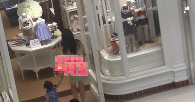 Vũ Kỳ dắt con gái vào một cửa hàng đồ trẻ con, bạn trai cô ở ngoài chờ.
