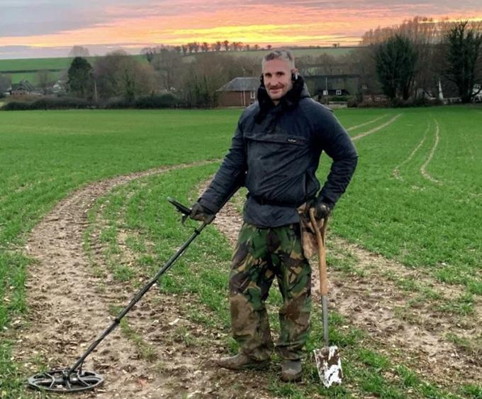 Adam Staples làm việc trên cánh đồng ở hạt Somerset, Anh để tìm tiền xu cổ. Ảnh: Bournemouth News.