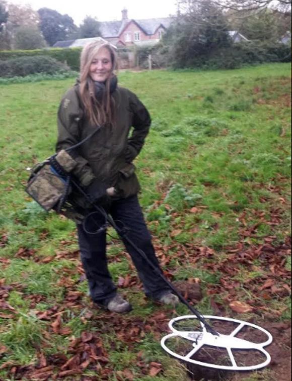 Lisa Grace dùng máy dò kim loại để tìm tiền xu ở cánh đồng hạt