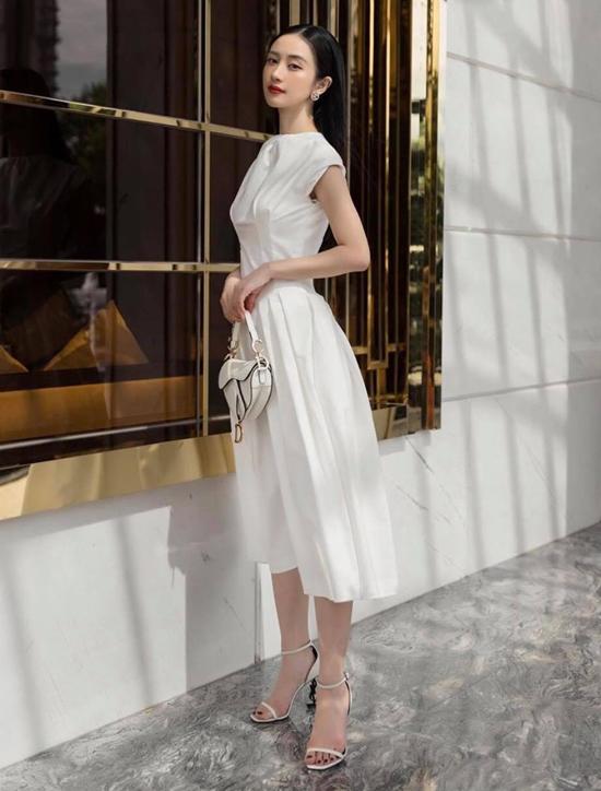 Diễn viên Jun Vũ thanh lịch với set đồ white on white, các phối đồ không bao giờ làm phái đẹp thất vọng về việc đề cao sự trang nhã.