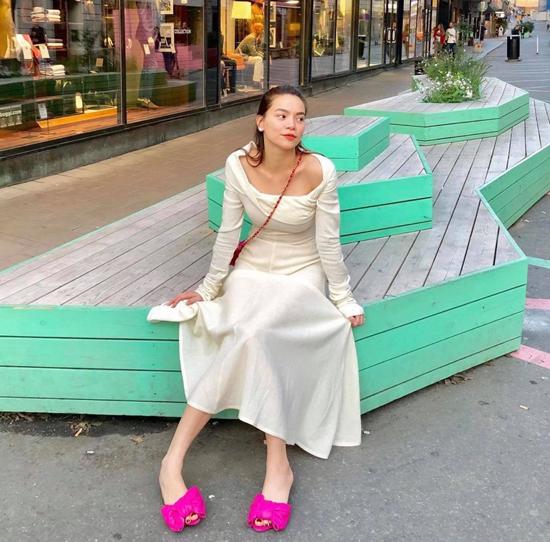 Muốn sáng bừng trên phố khi đi lịch, các nàng có thể tham khảo cách mix phụ kiện màu nổi cùng váy liền thân như Hồ Ngọc Hà.