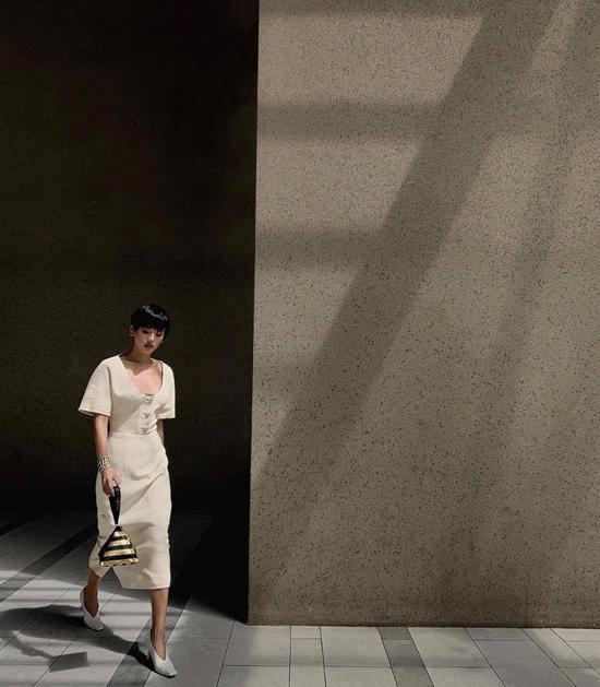 Váy liền thân ảnh hưởng sâu đậm từ phong cách cổ điển và đúng trend mùa này cũng được Khánh Linh thêm vào tủ đồ.