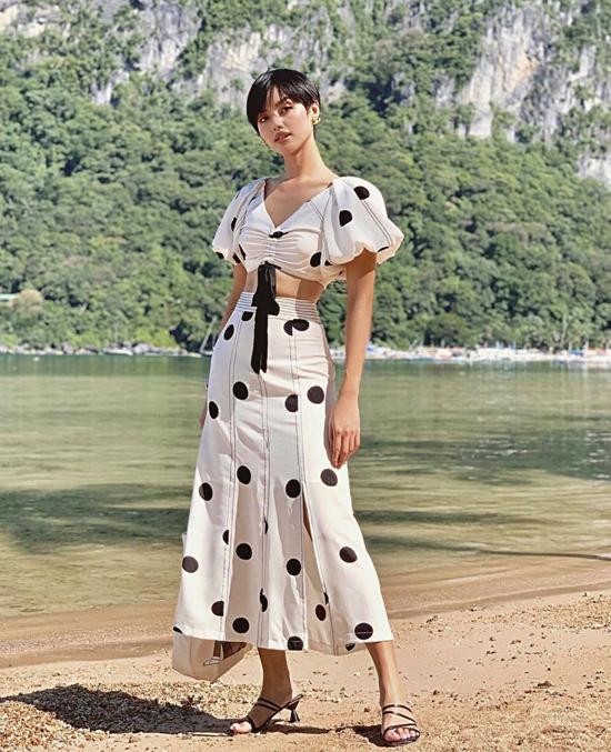 Một chút sexy và phóng khoáng với set trang phục gồm áo hở eo, tay bồng đi cùng chân váy xẻ họa tiết chấm bi.
