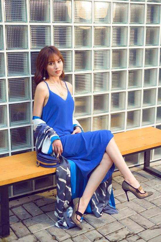 Váy hai dây đi cùng áo choàng lụa mỏng của Lan Ngọc dễ sử dụng khi đi cafe hay du lịch nghỉ dưỡng.