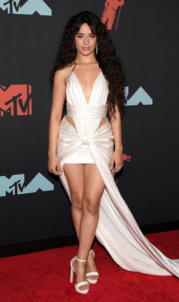 Camila Cabello gây ấn tượng với bộ đầm lụa cắt xẻ thương hiệu Balmain. Giọng ca Senorita được đề cử ở 5 hạng mục tại lễ trao giải.