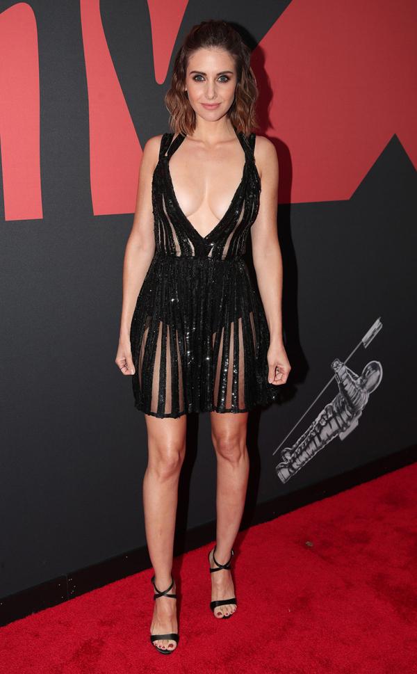Nữ diễn viên Mad Man Alison Brie khoe trọn hai bầu ngực.