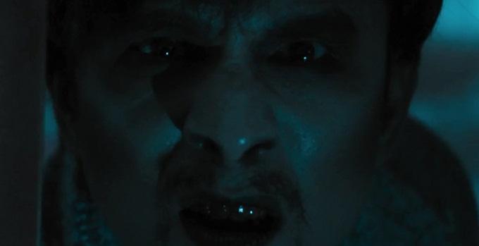 Trong một cảnh phim, Đan Trường bất ngờ hiện ra với tạo hình ma quỷ.