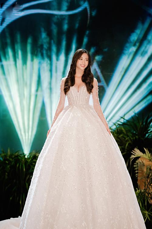 Xuất hiện trong vai trò vedette trình diễn bộ sưu tập váy cưới Endless Desire, Hoa hậu Thế giới Việt Nam 2019 Lương Thùy Linh đã nhận được nhiều tràng pháo tay tán thưởng, những lời trầm trồ khen ngợi từ phía khán giả.
