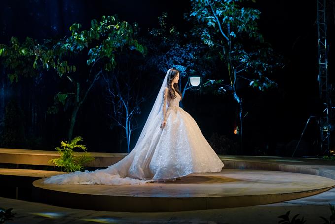 Phần lúp cưới và đuôi váy dài tônnét thướt tha cho Lương Thùy Linh.