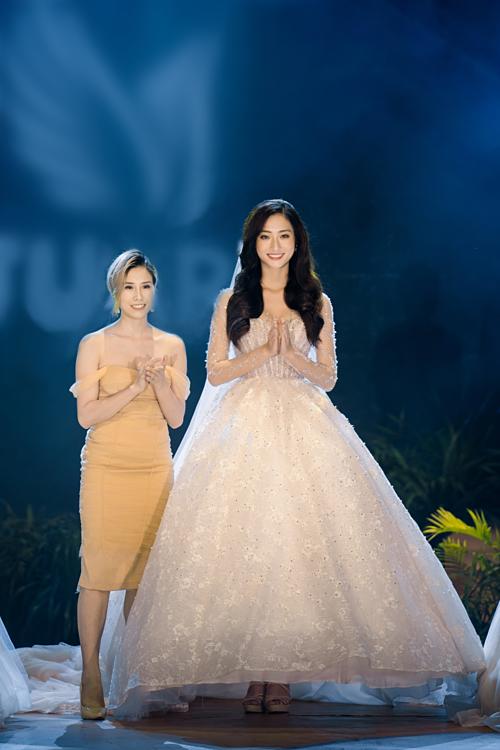 Miss World Vietnam 2019 Lương Thùy Linh cùng Makeup artist Thủy Nguyễn - đại diện thương hiệu váy cưới.