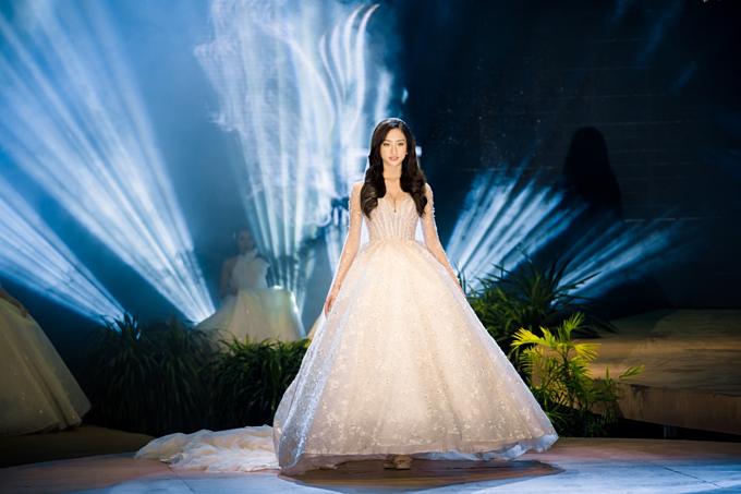 NTK của Bella Bridal Vietnam cho biết, thiết kế này được đính 17.568 viên pha lê, do 5 nghệ nhân thực hiện thủ công trong 172 liên tục. Thiết kế vai và tay trong suốt kết hợp cùng những họa tiết thêu chìm tạo nên tinh thần lãng mạn và sự lộng lẫy cho bộ lễ phục.