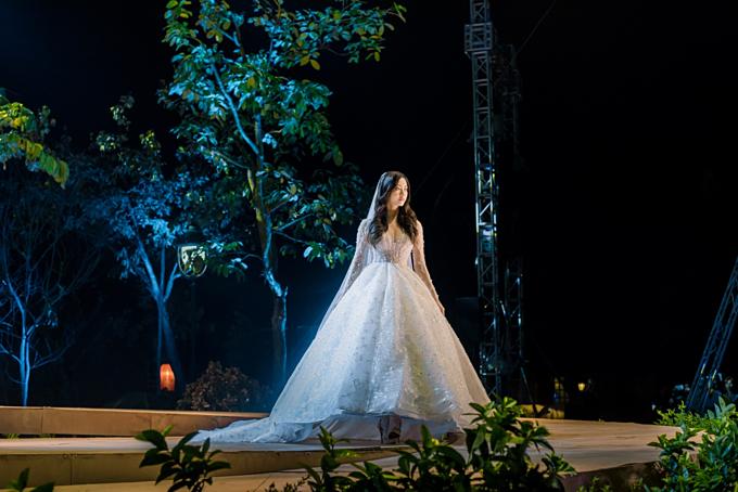 Chiếc váy mà Lương Thùy Linh mặc hội tụ đầy đủ các chi tiết của xu hướng back to basic (quay về với sự cổ điển) được dự đoán sẽ làm mưa làm gió trên các sân khấu thời trang cưới năm tới:dáng bồng xòe, tay dài và cổ xẻ chữ V sâu.