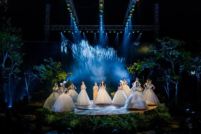 Sân khấu trình diễn bộ sưu tập được thiết kế như một khu rừng thơ mộng với ước mong sẽ kể lại câu chuyện về khao khát tình yêu và hạnh phúc bất tận.