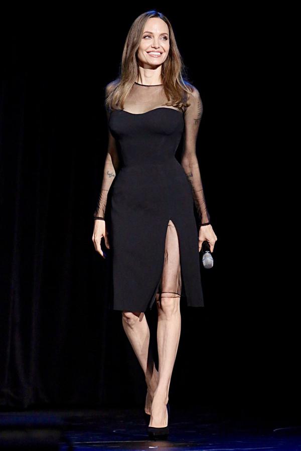 Trong khi đó, sau khi cùng Maddox đến Hàn Quốc, Angelina Jolie đã trở về Mỹ và bận rộn với công việc quảng bá phim vào cuối tuần qua. Nữ diễn viên đến sự kiện giới thiệu hai bộ phim mới của cô là Maleficent 2 và The Eternals.