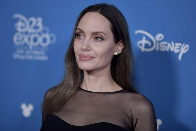 Khi phóng viên hỏi về chuyệnMaddox đi du học Hàn Quốc, Angelina Jolie thổ lộ rằng cô rất nhớ con trai và sẽ sớm sang thăm con trong vài tuần tới. Bà Smith có một ngôi nhà ở Campuchia, bởi vậy cô đã lên kế hoạch đón Maddox về đó nghỉ ngơi vào cuối tuần. Jolietâm sự, cô cũng giống như những bà mẹ khác rất buồn khi để lại con ở nơi đất khách quê người. Khi chia tay Maddox ở sân bay, nữ diễn viênđã khóc nức nở và 6 lần ngoái lại nhìn con.