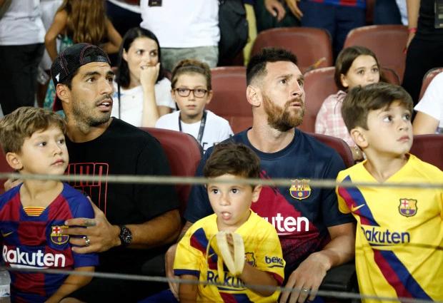 Mateo ngồi trong lòng bố, bên cạnh anh trai Thiago.