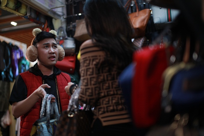 Chàng bóng Don Nguyễn mặc cả khi mua túi xách hàng nhái.