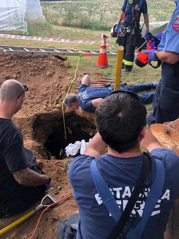 Lực lượng cứu hộ giải thoát người phụ nữ bị rơi xuống bể phốt ở bangOregon, Mỹ. Ảnh: FB.