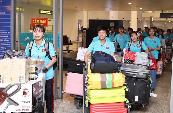 Sau khi đăng quang ngôi vô địch AFF Cup 2019, tuyển nữ Việt Nam chia thành hai nhóm về nước, một nhóm về Hà Nội, nhóm còn lại về TP HCM.Khoảng 18h30 ngày28/8, HLV Mai Đức Chung cùng17 cầu thủ phía Bắc đặt chân xuống sân bay Nội Bài, Hà Nội.