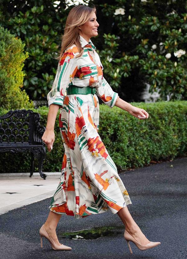 Vợ chồng Tổng thống Mỹ Donald Trump vừa có chuyến thăm cấp nhà nước kéo dài 3 ngày tới Anh, bắt đầu từ 3/6. Trong suốt chuyến đi, phu nhân Melania liên tục được khen ngợi nhờ gu thời trang tinh tế, không chỉ sang trọng, tôn dáng mà còn mang hàm ý tôn vinh nước bạn một cách khéo léo.Khi rời Nhà Trắng để di chuyển đến Anh, người đẹp 49 tuổi diện chiếc váy sơ mi giá 3.480 bảng Anh (104 triệu đồng) của nhà mốt Gucci, nhấn nhá thắt lưng bản lớn màu xanh lá ăn ý. Điểm đặc biệt là trang phục này in hình những địa danh, biểu tượng nổi tiếng của xứ sở sương mù như cầu Tháp London, đồng hồ Big Ben, xe bus hai tầng...