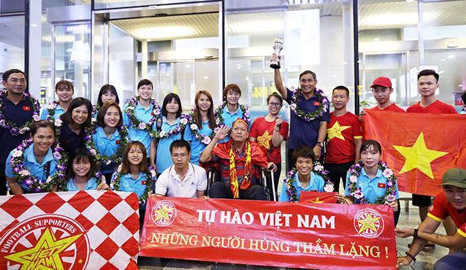 HLV Mai Đức Chung và các học trò chụp ảnh lưu niệm cùng người hâm mộ tại sân bay. Các cầu thủsẽ quay trở lại tập luyện cùngCLB để chuẩn bị bước vào giai đoạn lượt về giải bóng đá nữ vô địch quốc gia 2019,diễn ra từ ngày 13/9 đến 4/10 tạiHà Nam.Dự kiến,đội sẽ tập trung trở lại ngay khi kết thúc giải vô địch quốc gia đểchuẩn bị cho SEA Games 2019diễn ra vào cuối tháng 11 tại Philippines. Thầy trò ôngMai Đức Chungdự kiến sang Nhật Bản để tập huấn, chuẩn bị cho nhiệm vụ quan trọng cuối cùng trong năm 2019.