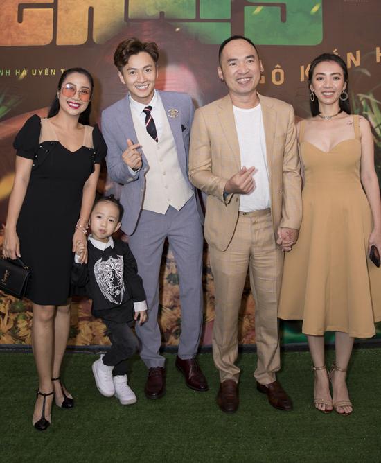 Vợ chồng Thu Trang - Tiến Luật mặc đồng điệu, tay trong tay không rời.