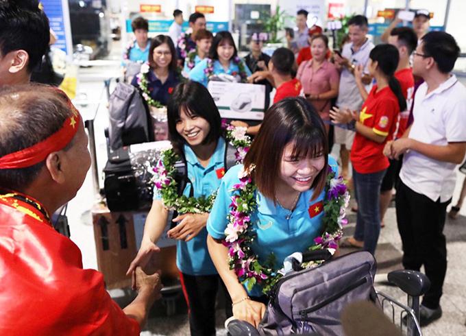 Ngoài lãnh đạo VFF và ngành thể thao, chỉ có vài chục người ra sân bay chào đón tuyển nữ Việt Nam gồm người nhà cầu thủ, phóng viên và CĐV.