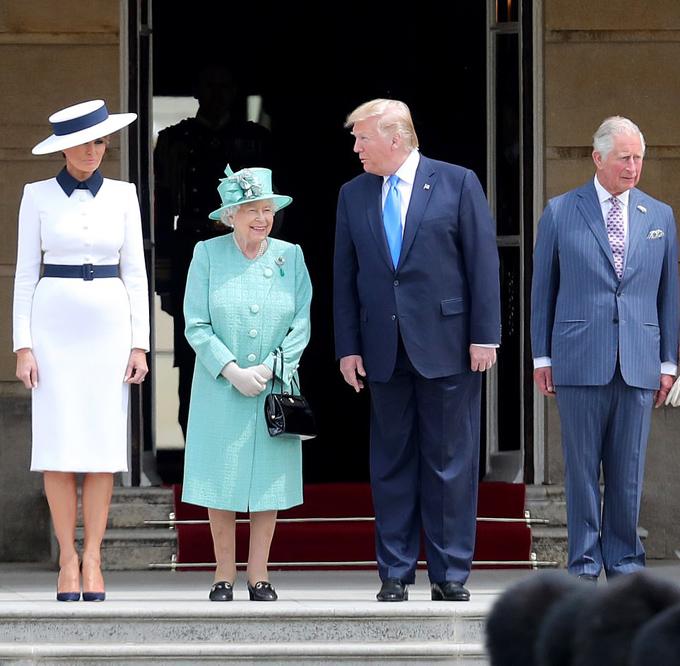 Tới Điện Buckingham dự lễ đón của Nữ hoàng Elizabeth II trong cùng ngày, Melania khắc họa hình ảnh sang trọng, kiêu kỳ với đầm Dolce & Gabbana và mũ Hervé Pierre đồng điệu.