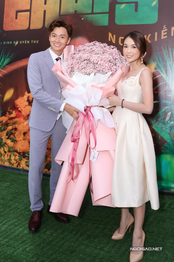 Sam tặng Ngô Kiến Huy một bó hoa lớn, chúc MV Truyền thái y của anh sớm cán mốc triệu view.