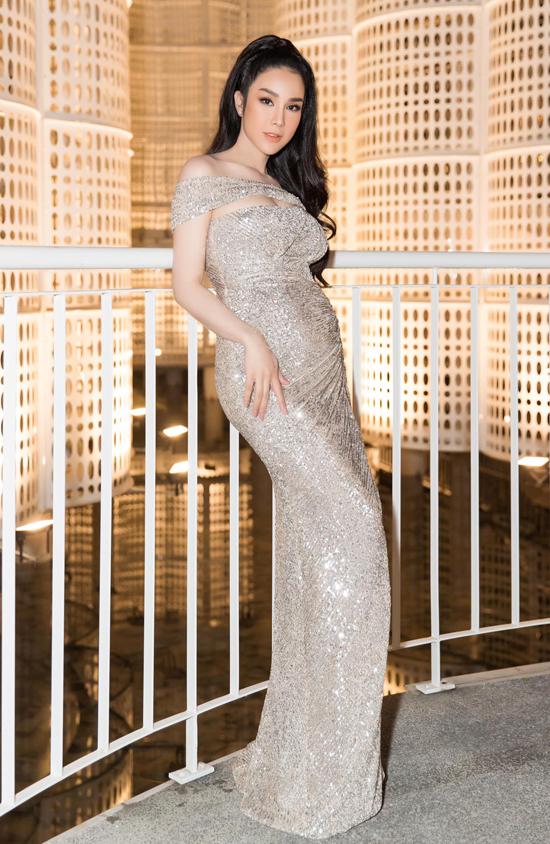 Diệp Lâm Anh cũng là một trong những mẹ bầu thu hút của showbiz Việt. Trong thời gian mang thai cô vẫn không ngừng tham gia các hoạt động của làng giải trí và điều hành công việc kinh doanh thương hiệu trà sữa.
