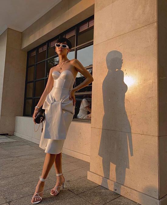 Khánh Linh sang trọng những không kém phần sexy khi xuống phố với váy trắng phom dáng độc đáo lấy cảm hứng từ áo corset.