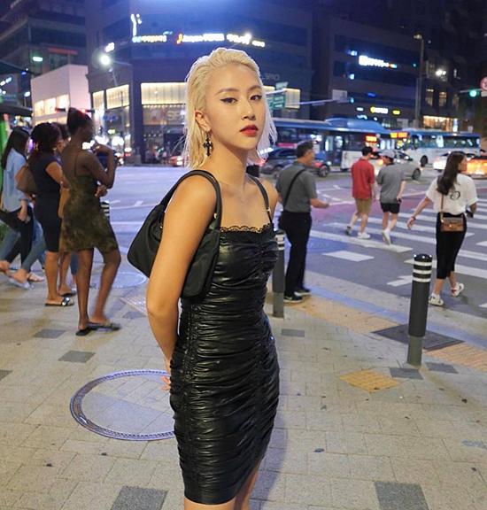 Cùng cập nhật mốt váy nhăn ở xu hướng mới, Quỳnh Anh Shyn lại chọn cách phối màu ton-sur-ton cho trang phục và shoulder bag.