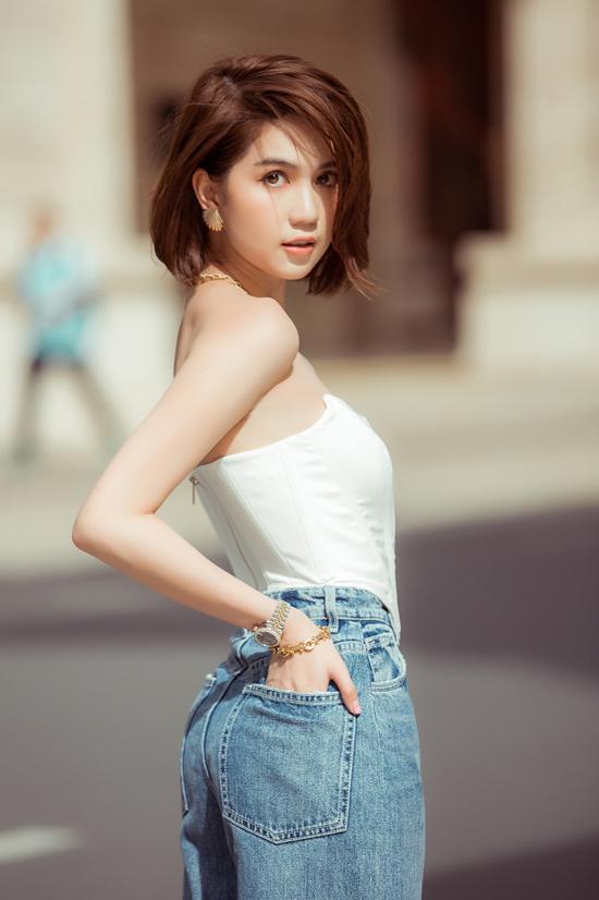 Dù có theo đuổi những trào lưu thịnh hành nhất mùa thời trang thì Ngọc Trinh vẫn không quên các kiểu áo bó sát sexy. Ở mùa mốt năm nay, cô không ngừng lăng xê kiểu áo ảnh hưởng phom dáng từ các mẫu corset vừa siết eo vừa tôn vòng 1 nóng bỏng.