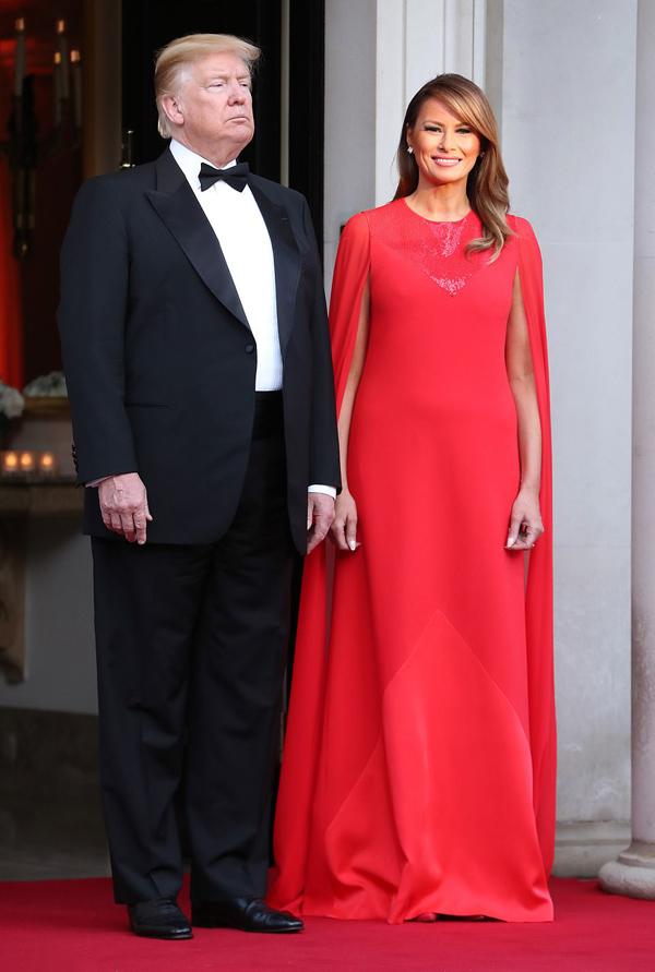 Tối hôm đó, Tổng thống Donald Trump và phu nhân chủ trì yến tiệc thết  đãi vợ chồng Thái tử Charles ở Winfield House - dinh thự của đại sứ Mỹ  tại Anh. Bà mẹ một con khiến truyền thông quốc tế trầm trồ  bởi phong cách sang trọng, duyên dáng với đầm cape đỏ rực từ nhà mốt Givenchy, giá 5.610 bảng (hơn 167 triệu đồng).