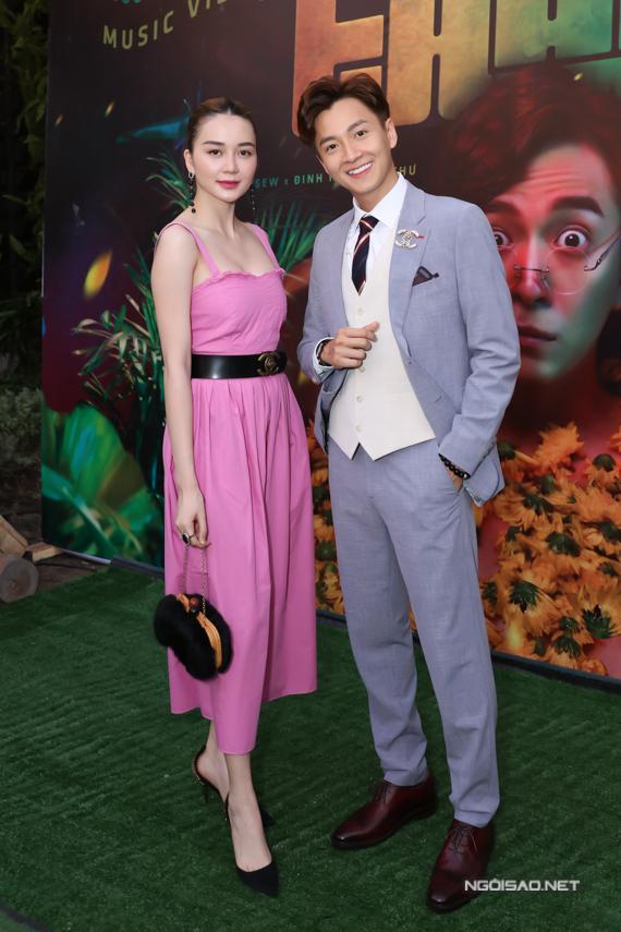 Thiều Bảo Trang diện váy hồng điệu đà dự sự kiện tối 27/8.