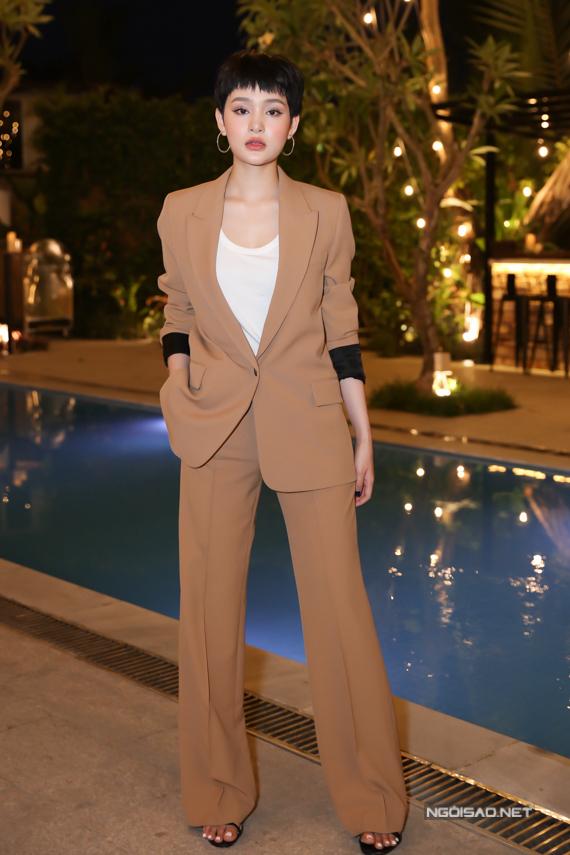 Hiền Hồ chuộng gu thời trang menswear. Cô được nhiều người nhận xét khá giống ca sĩ Miu Lê về cả ngoại hình lẫn cách ăn mặc.