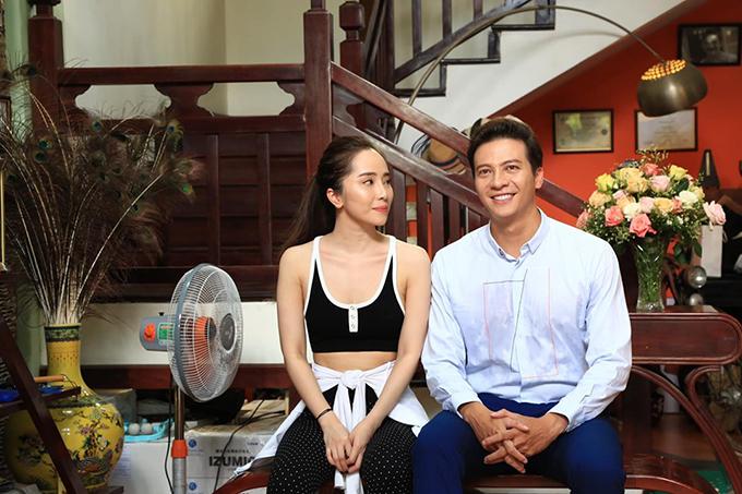 Quỳnh Nga và Dương Hoàng Anh tại hậu trường phim Hoa trong bão.