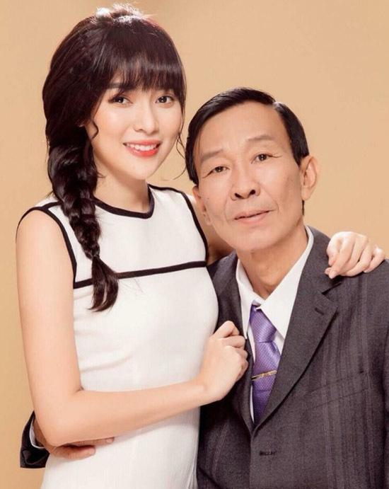 Cao Thái Hà chụp ảnh cùng người bố đã mất.
