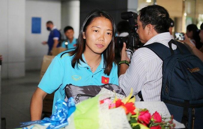 Huỳnh Như và nhóm đồng đội miền Nam về đến sân bay Tân Sơn Nhất chiều 28/8. Ảnh: Đức Đồng.
