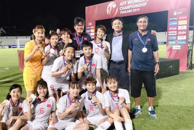 HLV Mai Đức Chung (đứng, ngoài cùng bên phải) cùng các học trò mừng chức vô địch.