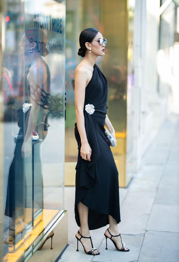 Phom váy bất đối xứng xếp nếp mềm mại phối kèm sandal quai mảnh ăn ý đem tới cho Dương Mỹ Linh vẻ kiêu kỳ, duyên dáng.