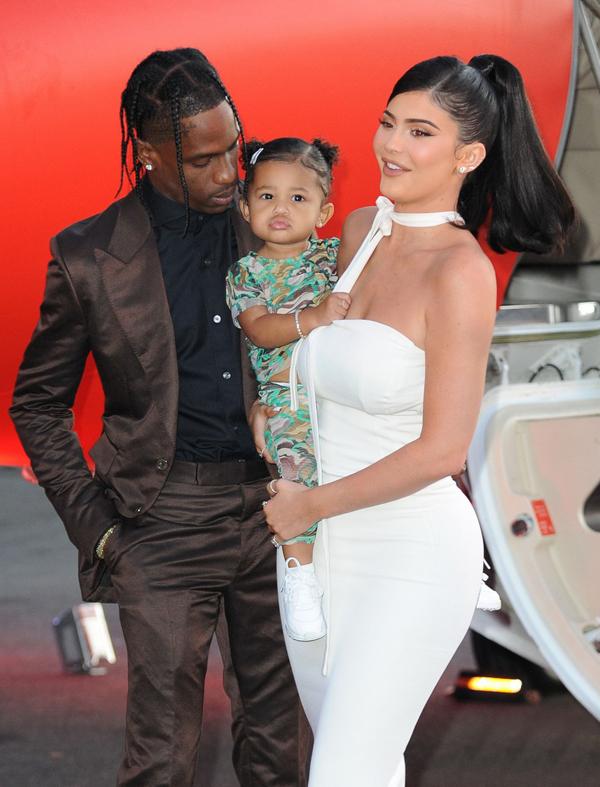Kylie Jenner khoe đường cong trong bộ váy bó sát trong khi cô bé Stormi mặc trang phục khỏe khoắn tới buổi ra mắt phim tối 27/8.