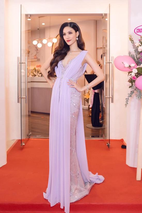 Váy dạ hội được đặt may riêng với điểm nhấn chủ đạo là dấu dáng hiệu quả luôn được Lan Khuê lựa chọn.