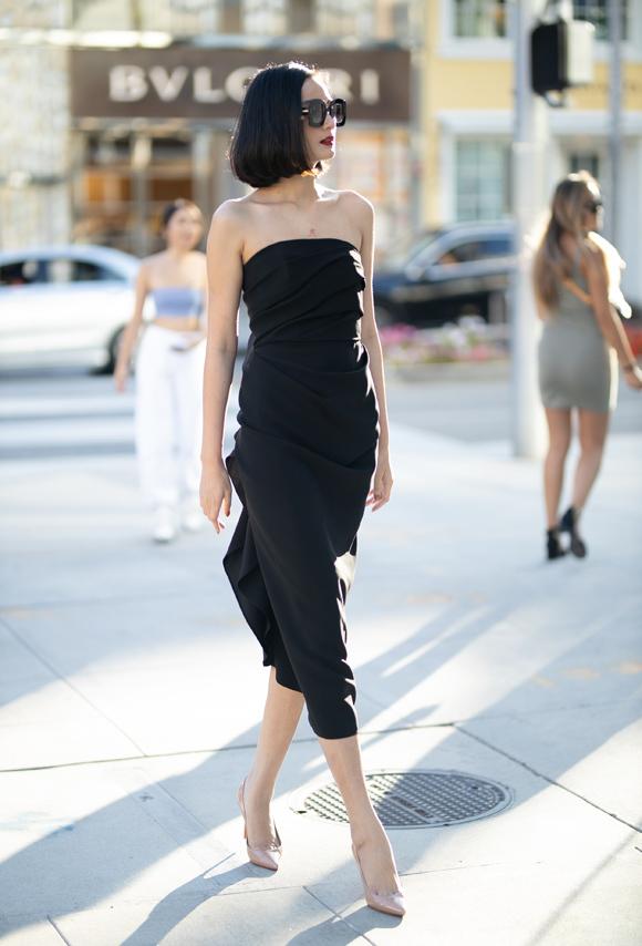 Lê Thúy vui mừng khi được trở lại Beverly Hills sau 4 năm. Cô là một trong số ít người mẫu Việt tham gia trình diễn show Xuân hè 2015 của Đỗ Mạnh Cường tại đây. Chân dài 9X kết hợp đầm quây thanh lịch cùng giày Christian Louboutin màu nude và mắt  kính to bản.