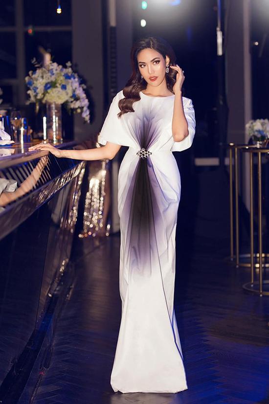Nhiều kiểu đầm dạ hội của nhà thiết kế trẻ Hà Thanh Huy giúp Lan Khuê liên tục lọt vào top bình chọn sao mặc đẹp. Đồng thời, nhờ đó mà cô được nhận xét là mẹbầu đẹp nhất showbiz Việt.