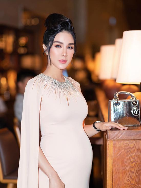 Đối lập với dòng váy suông dấu dáng như Lan Khuê, Diệp Lâm Anh lại yêu thích các mẫu đầm ôm sát.